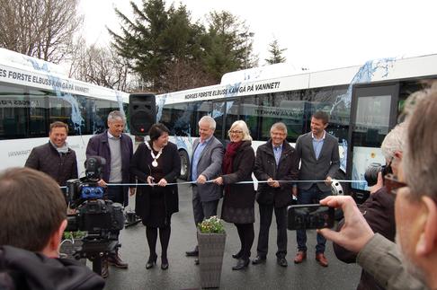 Fylkesordfører Janne Johnsen klipper snora og markerer at elbussene er i rutetrafikk.