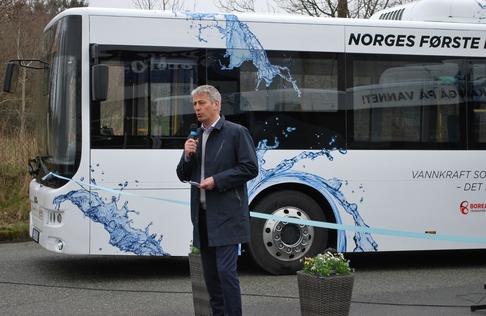 Kjetil Førsvoll takker samarbeidspartnere under elbuss-markering i Stavanger tirsdag 7. april 2015.
