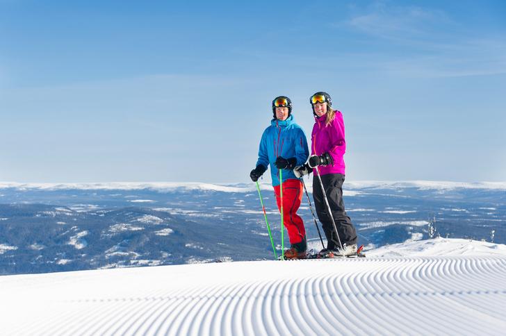 Bilde av to personer i skitrekk.
