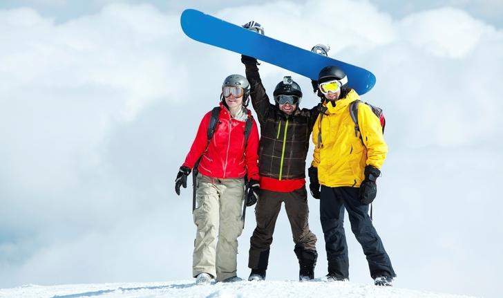 Bilde av tre personer i skitrekk.