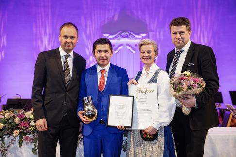 Fylkesdirektør for utdanning, Vegard Iversen, Mojtaba Rasouli, Kristine Svendsen (LO) og Stig Anthonsen (Boreal Buss). Foto: Ole Martin Wold