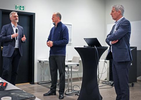 Fylkesdirektør for samferdsel i Trøndelag fylkeskommune, Erlend Solem (t.v.), tidligere samferdselsminister Ketil Solvik-Olsen og konsernleder Kjetil Førsvoll i Boreal i samtale under Boreals ledersamling.