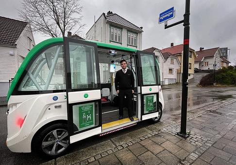 Boreal Travel-medarbeider Roberto Nordbø Henriquez på plass i den selvkjørende bussen. Foto: Hanne Gulbrandsen
