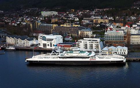 «Karlsøyfjord» er bygget i 2013, har plass til 399 passasjerer og kapasitet til 165 personbiler.